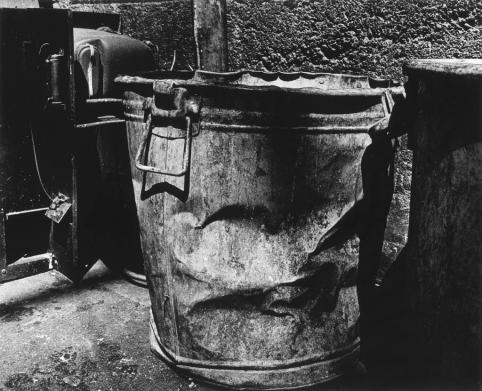 Daido Moriyama Dust Container, Shibuya-ku, Tokyo Photographie issue de la série « Lettre à St Loup », 1990 © Daido Moriyama Photo Foundation, Courtesy of Akio Nagasawa Gallery (Tokyo) et Galerie Jean-Kenta Gauthier (Paris)