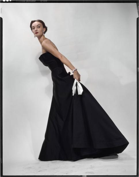 Erwin Blumenfeld Evelyn Tripp, en robe Sargent de Christian Dior Variante de la photographie parue dans Vogue US du 1er novembre 1949 © The Estate of Erwin Blumenfeld, collection Henry et Yorick Blumenfeld