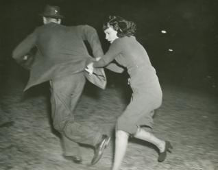 Anonyme, photo de presse Le photographe pris à partie par sa « victime », Hollywood 1938 Tirage gélaino-argentique © collection privée